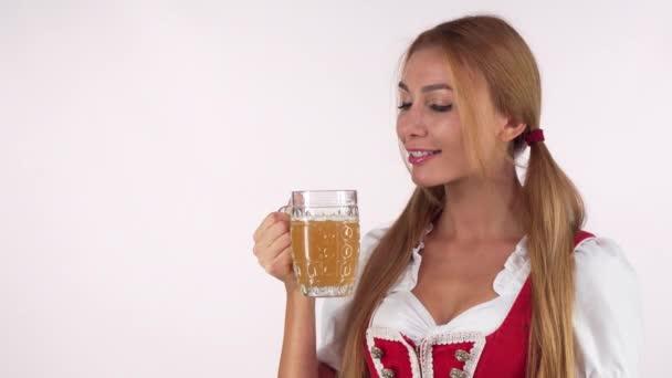 glücklich schöne Oktoberfest-Frau trinkt Bier und lächelt in die Kamera
