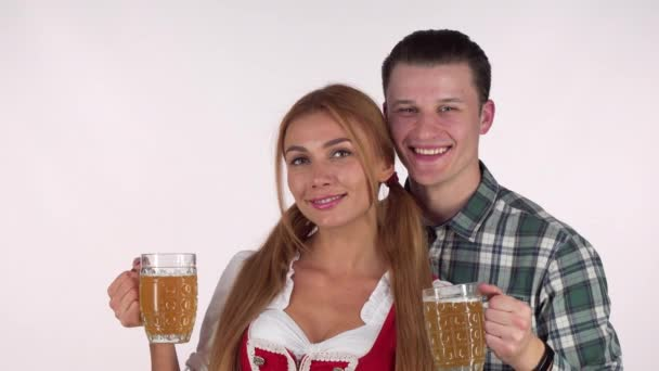 Schönes bayerisches Paar feiert Oktoberfest, trinkt gemeinsam Bier