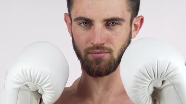 Bärtigen männlichen Boxer lächelnd an die Kamera, stehen bei der Bekämpfung der Haltung