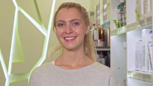 glückliche gesunde Frau zeigt Daumen hoch, hält Pillen-Blister in der Drogerie
