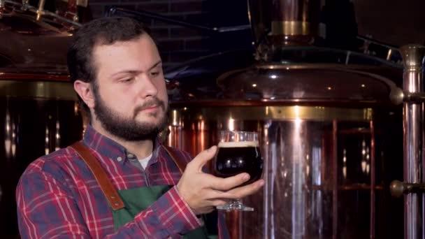Sör-készítő finom barna sör, ivás, mosolyog a kamerába