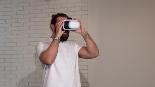 schöner bärtiger reifer Mann genießt die Verwendung einer 3D-VR-Brille zum ersten Mal