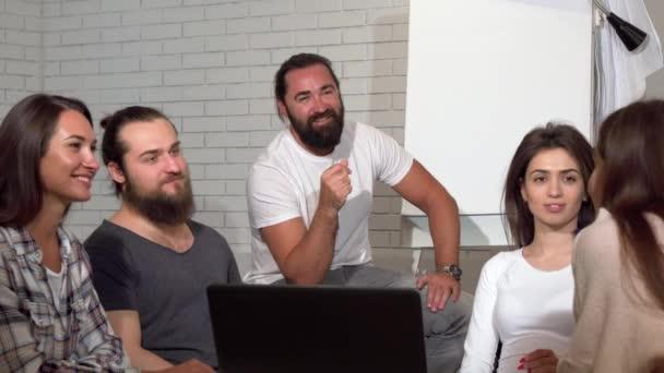 Obchodní tým tleskali během setkání v kanceláři
