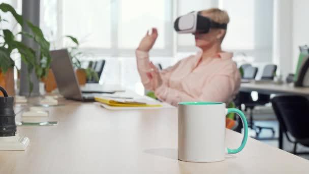 Unternehmerin mit 3D Virtual-Reality-Brille im Büro
