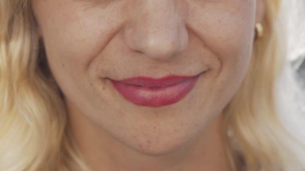 Ořezávaná střela z krásné nerozeznatelné ženy s úsměvem
