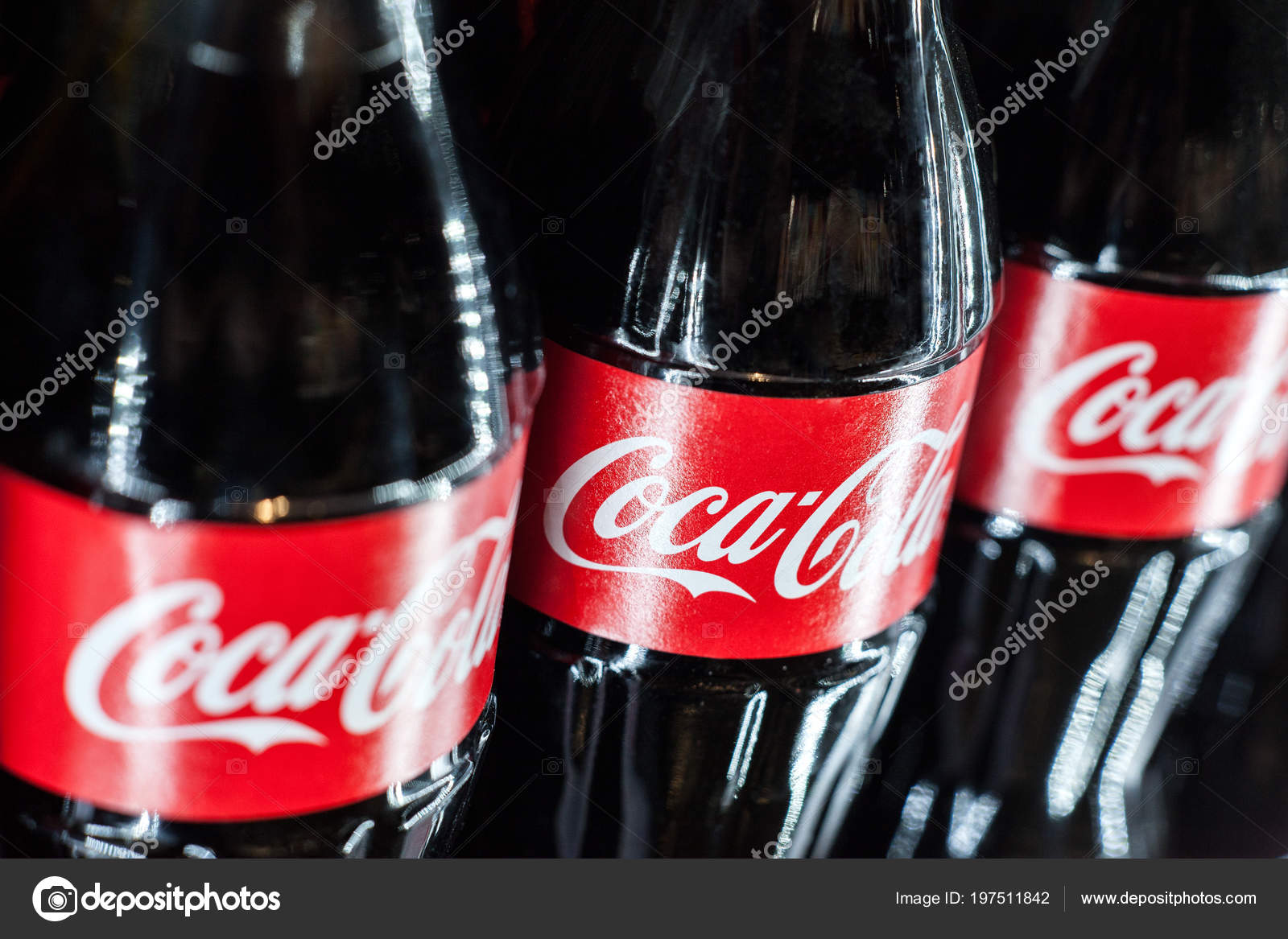 Kühlschrank Coco Cola : Minsk belarus mai 2018 coca cola glas flaschen kühlschrank hautnah