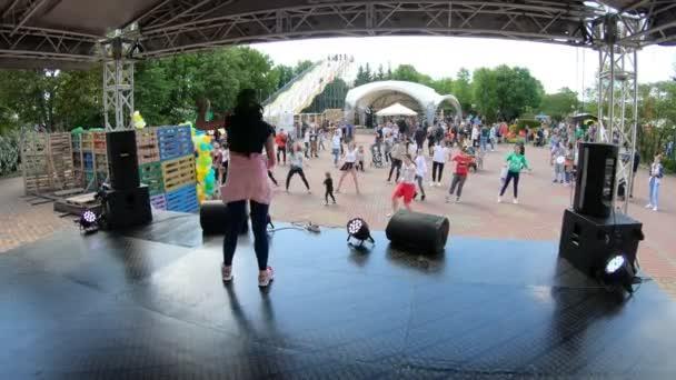 Minsk, Bělorusko, 20. května 2018: Lidé opakovat pohyby za animátor. Učí lidi tančit na rekreační město