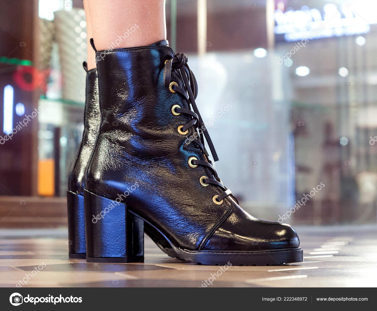 822c5182d76 Γυναικείες Μπότες Μποτάκια Κοντινό Πλάνο Λεπτή Γυναικεία Πόδια ...