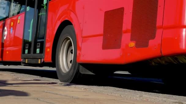 London, Egyesült Királyság - 2018. szeptember 26.: egy ismerős piros londoni busz megáll az úton elfoglalt North Circular (A406) névtelen utasok leszállnak, mielőtt folytatná útját húzza.
