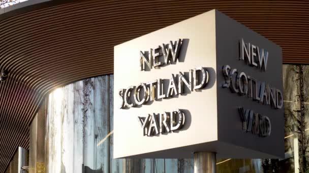 London, Uk - 4. Dezember 2018: Slow-Motion Aufnahmen von der ikonischen drehbaren New Scotland Yard Schild das neue Hauptquartier der Metropolitan Police auf Embankment, London.