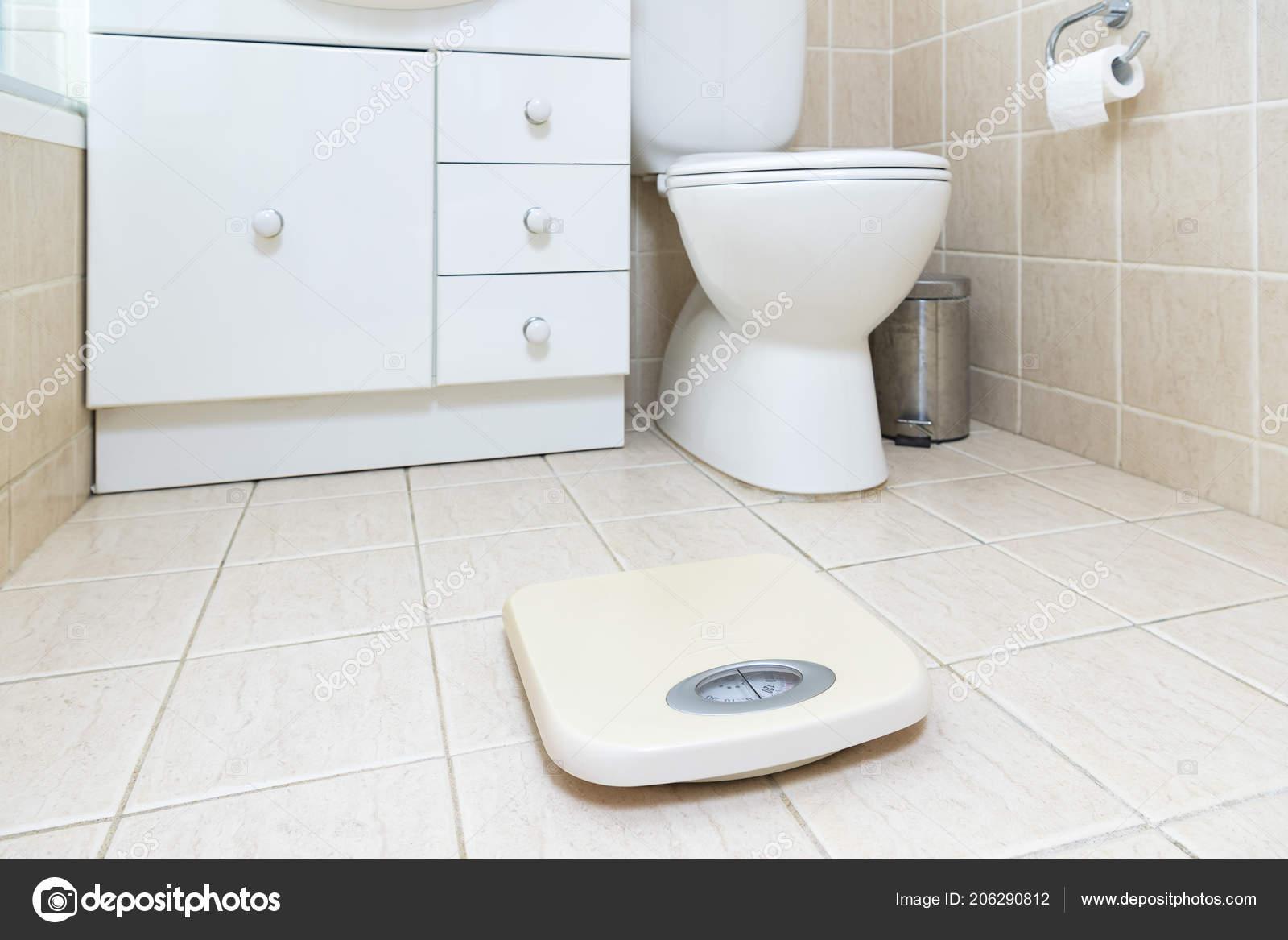 Foto Chão Banheiro Com Escala Peso Primeiro Plano Stock
