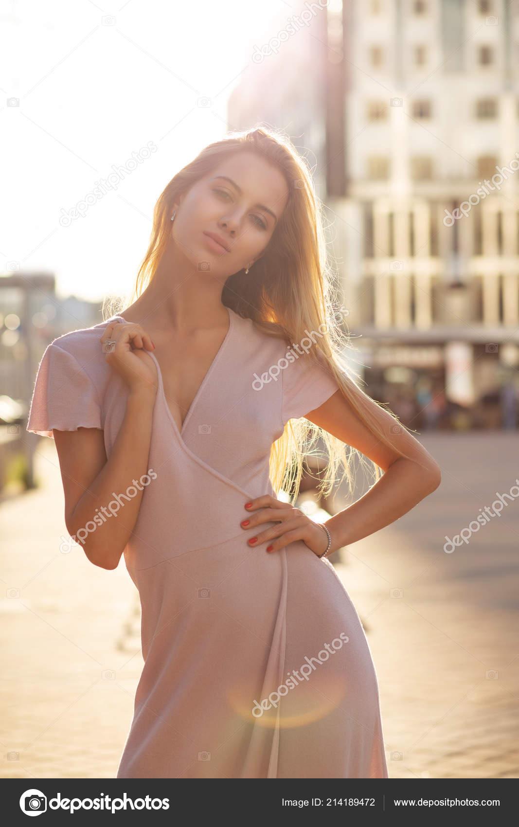 ea43b57d79c5 Ελκυστική ξανθιά γυναίκα που φοράει πλεκτό φόρεμα απολαμβάνοντας ζεστό  καλοκαιρινό βράδυ στην πόλη– εικόνα αρχείου