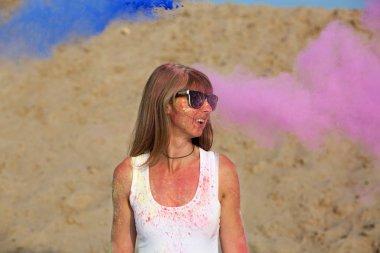 Güneş gözlükleri çölün Holi Festivali zevk mutlu sarışın kız. Kopya alanı