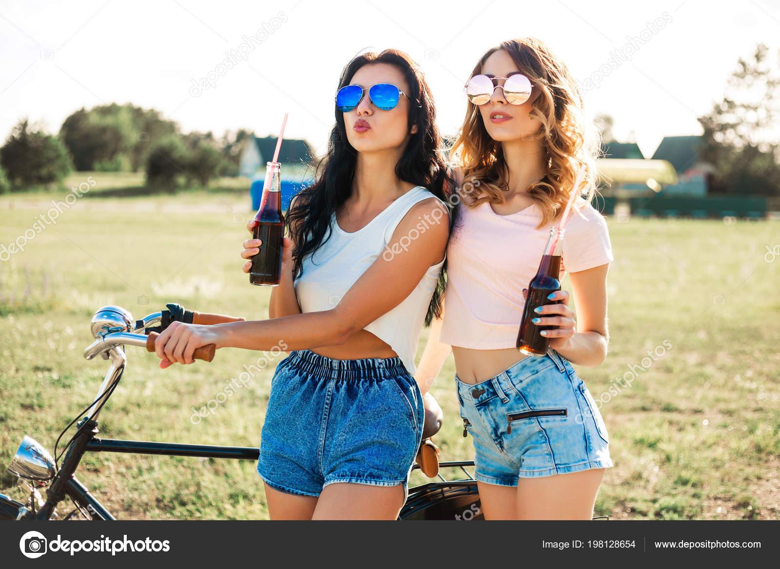 Две секси девушки и велосипеды