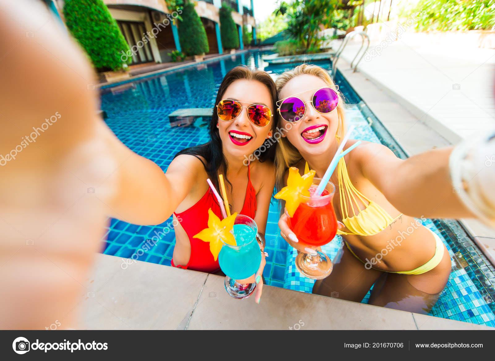 Dos Amigas Chicas Bellas Bassen Fondo Agua Del Hotel Vestido