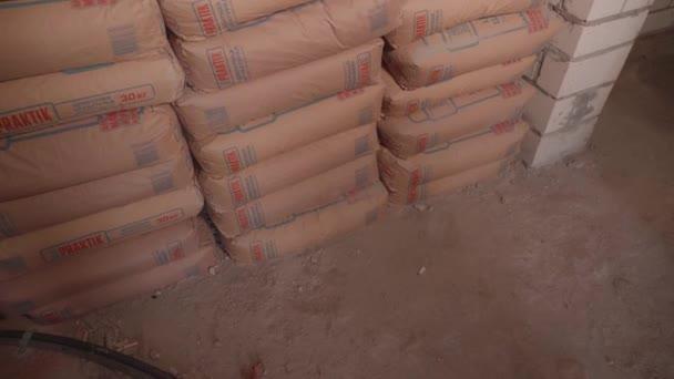 Stavební beton leží v pytlích na staveništi