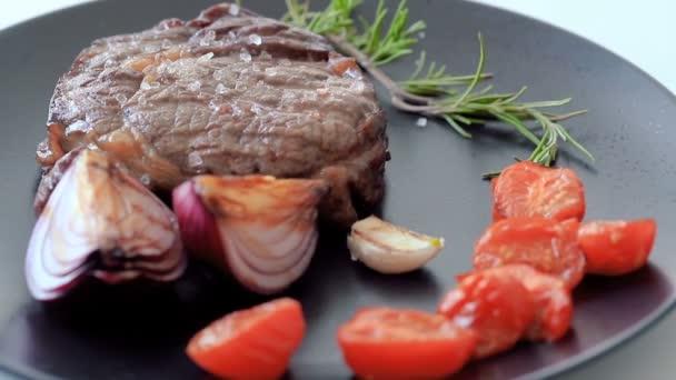 grilovaný hovězí steak na talíři s kořením