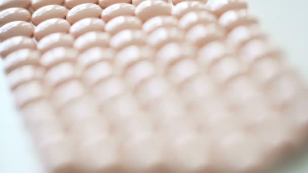 Haufen bunter Pillen auf einem Hintergrund