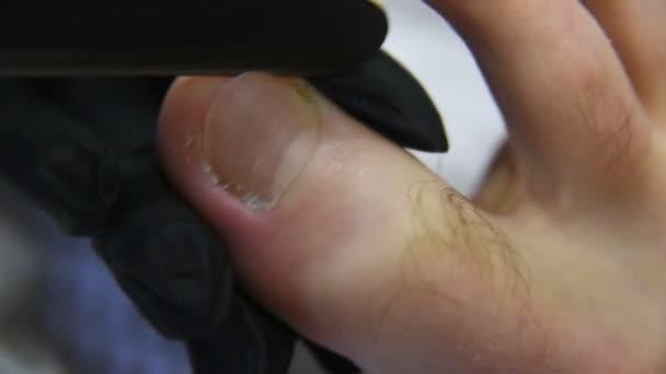 pedikűr mester csinál ujj köröm ellátás ügyfél férfi wellness szalon háttér