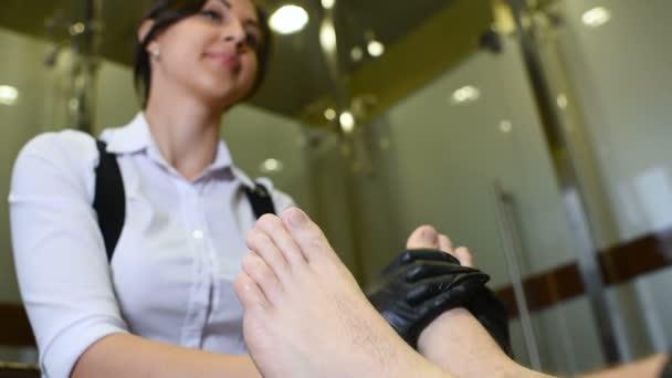 Pedikúra mistr dělá prst nehty péče o zákazníka mužů na spa salon pozadí