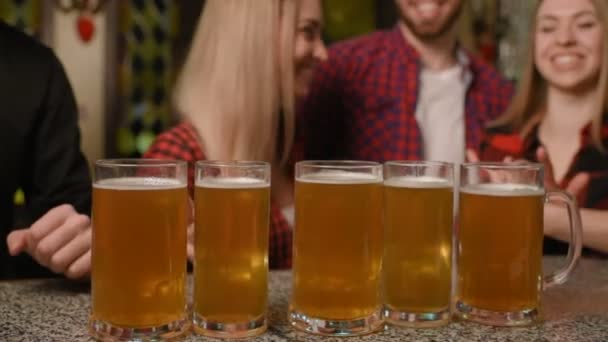 Společnost přátel pít pivo a úsměv