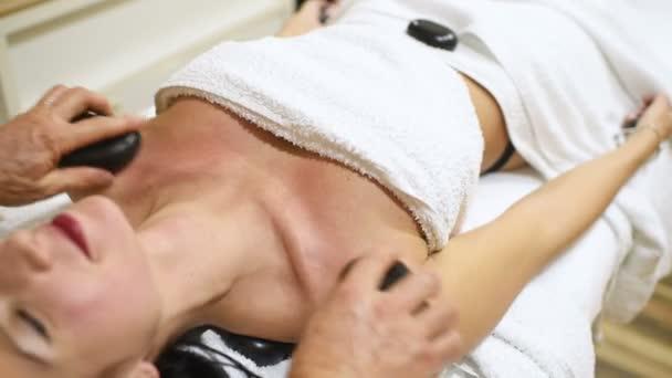 nő pihentető wellness szalon-forró kövek.