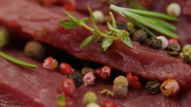 Friss nyers marha hús közelről a fűszerek - paprika, só. Felkészítés a grillezés