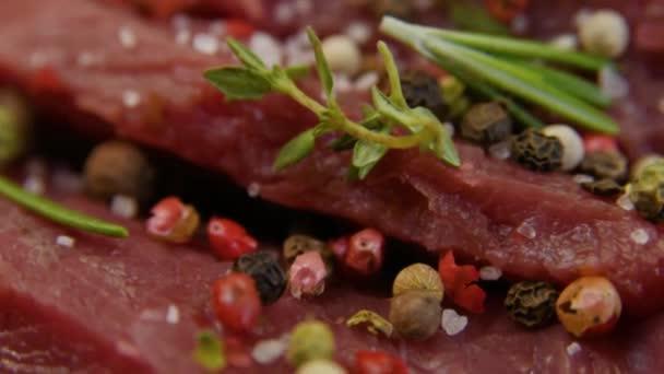 slanou close-up usrkne kousek čerstvého syrového hovězího masa.