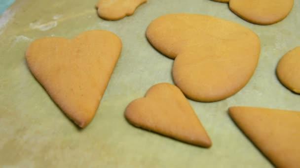 nő cukrász vág ki a tészta sütés mézeskalács szív