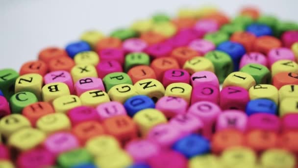 Písmena na tabulce, spinning barevná písmena na bílém stole. Koncepce studia abecedy