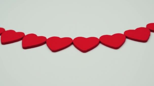 Spinning-Herzen auf einem weißen Hintergrund, das Konzept von Romantik und Liebe. Valentinstag