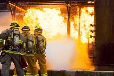 Birkaç itfaiyeciler yangın saldırı için saldırgan git.