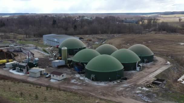 Luftaufnahme von Biogasanlagen und Speichertanks. Flucht um Biogasanlage. Kreisschuss