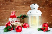 Vánoční Lucerna s dárky, barevné koule na zimní dřevo bac