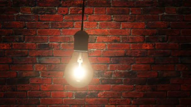 Žárovka se pomalu houpe v temném podkroví proti cihlové zdi
