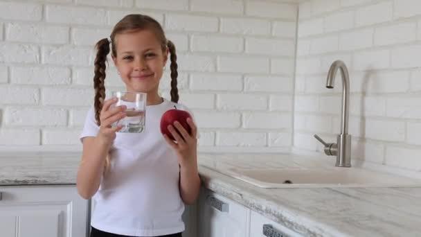 Kislány. Gyümölcsalma és víz. Egészséges táplálkozás gyermekek számára