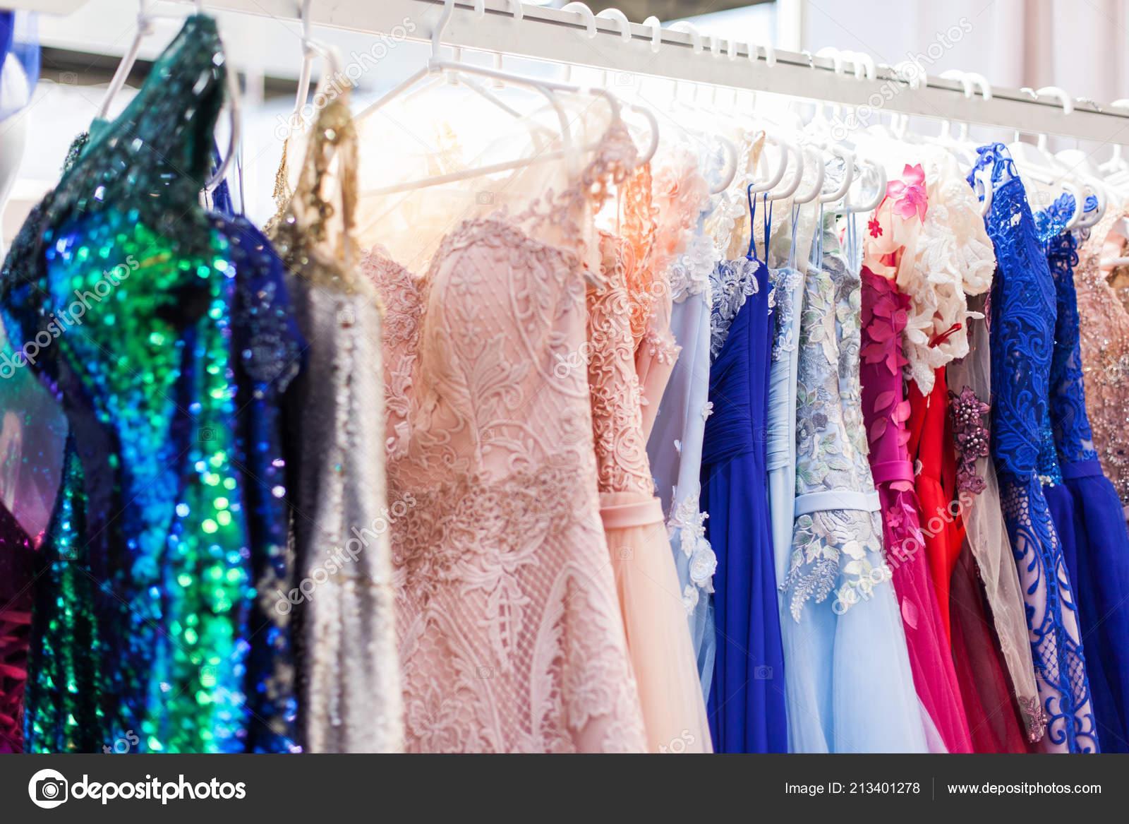 9b716ebc40c8 Ράφι Κομψά Βραδινά Φορέματα Για Κατάστημα Ειδών Ένδυσης — Φωτογραφία Αρχείου