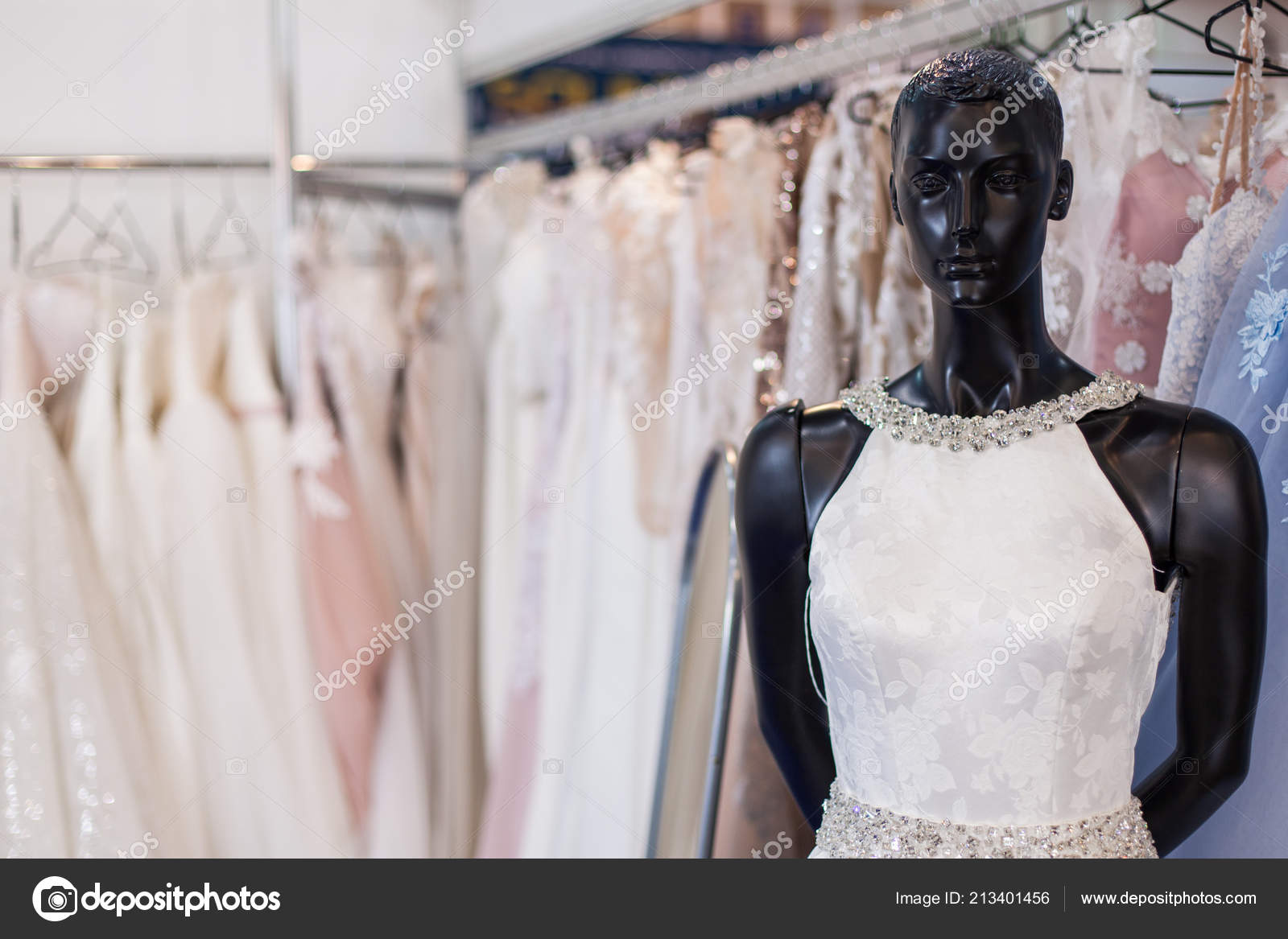 e2e61d590117 Νυφικό Ένα Μανεκέν Ανάμεσα Στα Ράφια Φορέματα — Φωτογραφία Αρχείου ...