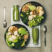 Zdravá večeře, nastavení oběda. Rovné mísy veganů nebo Buddhova mísy s hummus, zeleninou, čerstvým salátem, fazolemi, kuskovkami a avokádem a zelenými hladkostmi v tkaních, vrcholové zobrazení, čtvercová