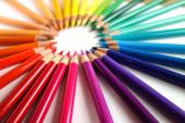 Barevná duha, izolovaná na bílém. barevné tužky v kruhu. Školní a umělecké potřeby