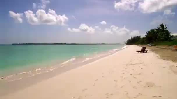 pláž, bílý písek a tyrkysová voda na ostrově Eleuthera, Bahamy