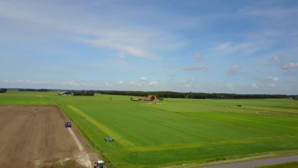 Letecká krajina od zemědělců pracujících na zemědělské půdě v okolí Laaksum ve Frísku Nizozemsko