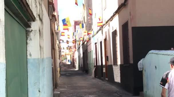 férfi sétál az utcán a spanyol zászlók Las Palmas óvárosában Gran Canaria
