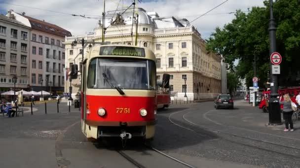 Tramvaj projíždí před Slovenským národním divadlem v Bratislavě