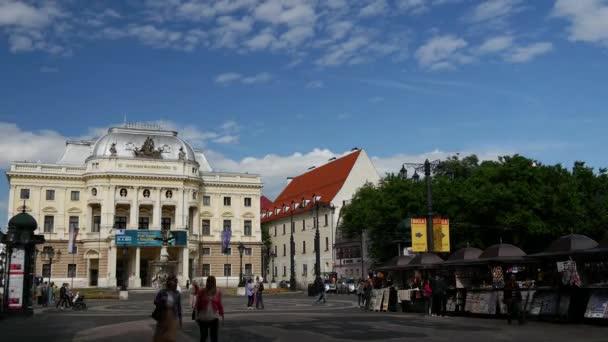 Časová prodleva od lidí kolem Slovenského národního divadla v Bratislavě na Slovensku