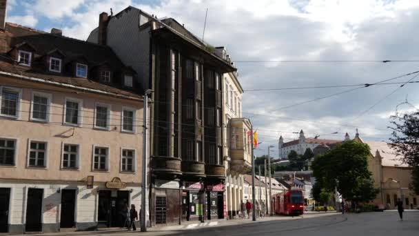 Tramvaj v ulicích Bratislavy s Bratislavským hradem na pozadí