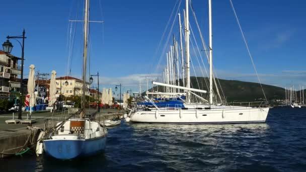 Moderní plachetnice v přístavu Lefkada Řecko