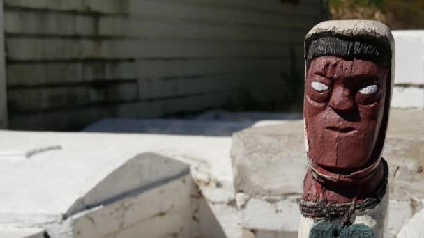 Maori szobor gejzír füst és sírok