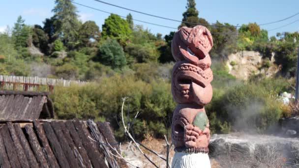 Maori szobor gejzír a háttérben Whakarewarewa termálvölgy Rotorua Új-Zéland