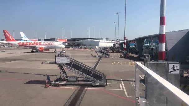 Pushback letadla Easyjet na letišti Schiphol v Amsterdamu, Nizozemsko
